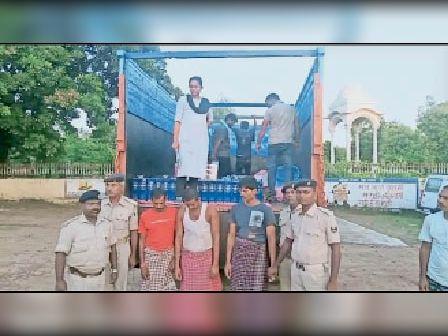 जब्त ट्रक व गिरफ्तार धंधेबाज। - Dainik Bhaskar