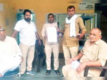 नरवाना. बस स्टैंड पर अपनी शिकायत दिखाते रोडवेज कर्मचारी। - Dainik Bhaskar