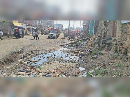 मठाही में एनएच के किनारे गड्ढे में जमा गंदा पानी। - Dainik Bhaskar