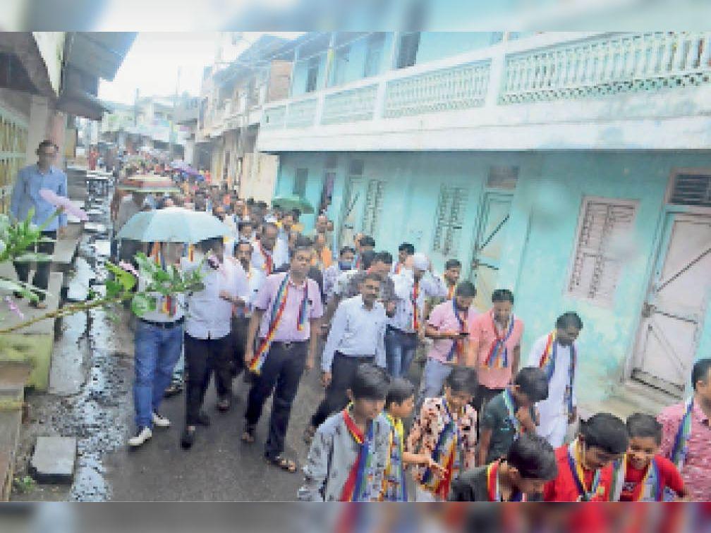 नगर में वरघोड़ा निकालते हुए समाजजन। - Dainik Bhaskar