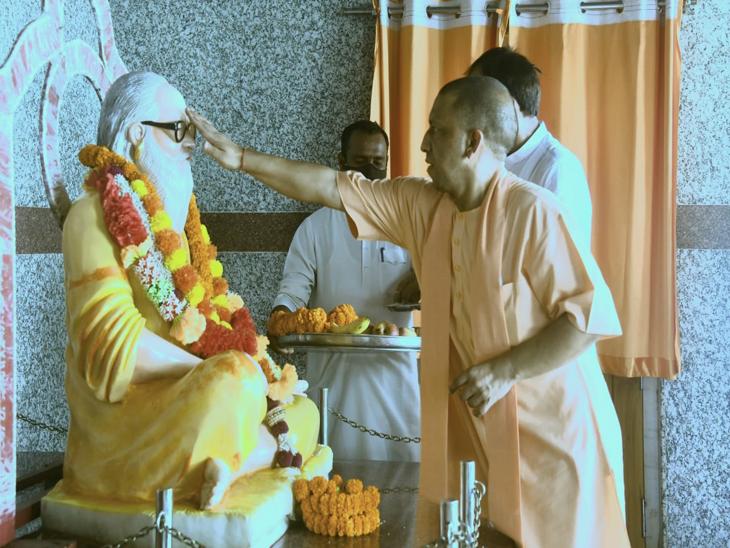 योगी को अहसास हो गया कि गुरुदेव के विदाई का समय आ गया है। उन्होंने धीरे से उनके कान में कहा कि कल आपको गोरखपुर ले चलूंगा।