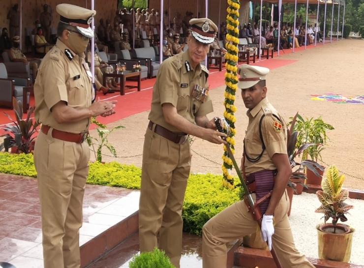 49 वें बैच में टॉप ऑलराउंडर रहने वाले RPS राजेश कसाना को स्वॉर्ड ऑफ ऑनर से सम्मानित करते हुए डीजीपी एमएल लाठर