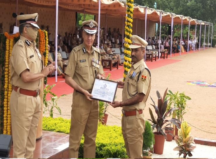 DGP डिस्क से सम्मानित होते जयपुर ग्रामीण एसपी शंकरदत्त शर्मा