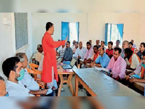 बीएन इंटर कॉलेज भपटियाही में प्रशिक्षण देते अतिथि। - Dainik Bhaskar