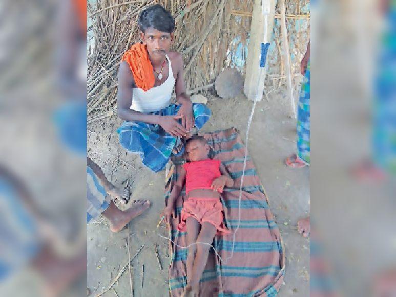 डायरिया से पीड़ित बच्चे का हो रहा इलाज। - Dainik Bhaskar
