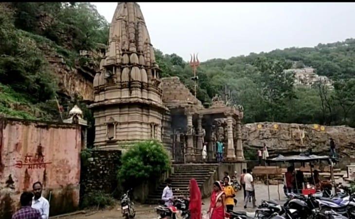 निलिया महादेव का मंदिर प्राचीन है, वहां पर्यटकों की भीड़ हमेशा रहती है।