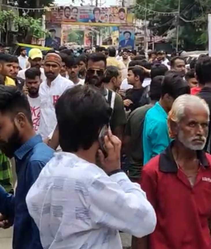 विधायक का जन्मदिन मनाने पहुंच गए हजारों समर्थक, मंच लगाकर दी बधाई, प्रशासन और पुलिस रही नदारत इंदौर,Indore - Dainik Bhaskar