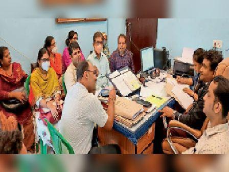 बीएलटीएफ की बैठक में उपस्थित प्रखंड विकास पदाधिकारी व अन्य। - Dainik Bhaskar