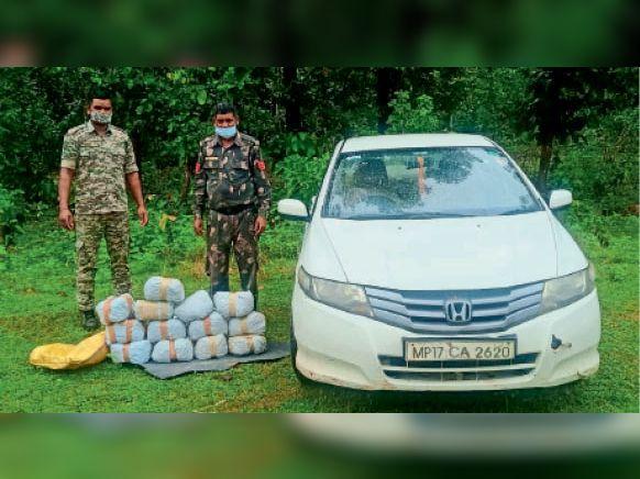 फरसगांव. एनएच-30 पर बहीगांव के पास कार छोड़कर बागे तस्कर। - Dainik Bhaskar