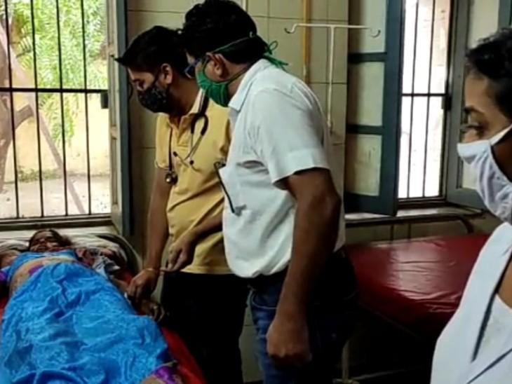 बेटे के इलाज के लिए दंपती बाइक से जा रहे थे हॉस्पिटल,पानी से भरे गड्ढे में अनियंत्रित हुई बाइक, रोड पर गिरने से पति व बेटा हुए घायल|सिरोही,Sirohi - Dainik Bhaskar