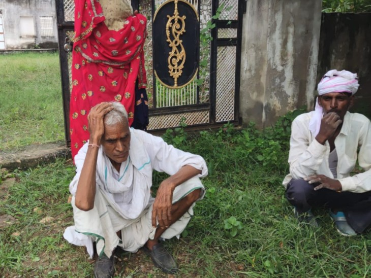 लूट के बाद घर के बाहर बैठा पीड़ित। - Dainik Bhaskar