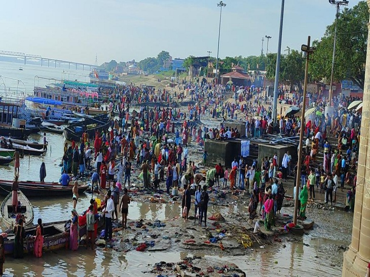 तुलसी घाट पर गंगा स्नान के लिए उमड़ी श्रद्धालुओं की भीड़।