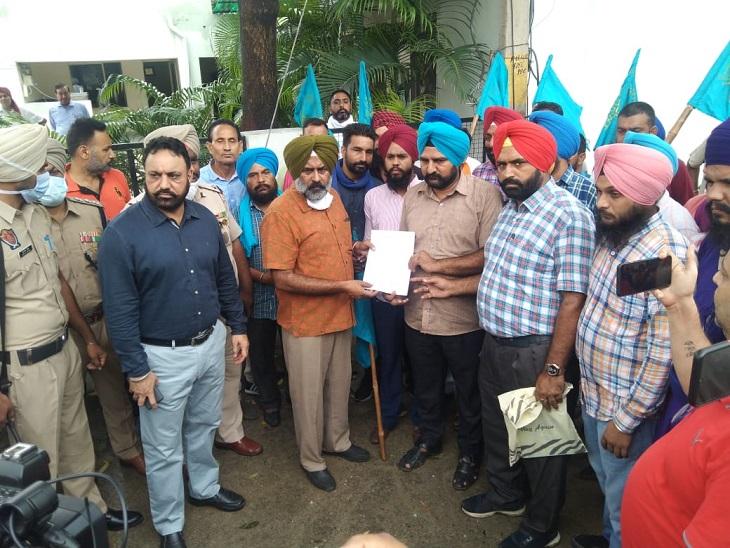 जालंधर में परगट सिंह के घर के बाहर प्रदर्शन, मंगलवार को CM से बैठक; पंजाब में 7वें दिन भी सरकारी बसों का चक्काजाम|जालंधर,Jalandhar - Dainik Bhaskar