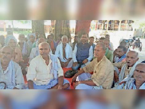 सुपौल के मां वन देवी दुर्गा मंदिर में बैठक करते लोग। - Dainik Bhaskar