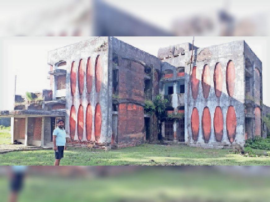 रेफरल अस्पताल का जर्जर भवन। - Dainik Bhaskar