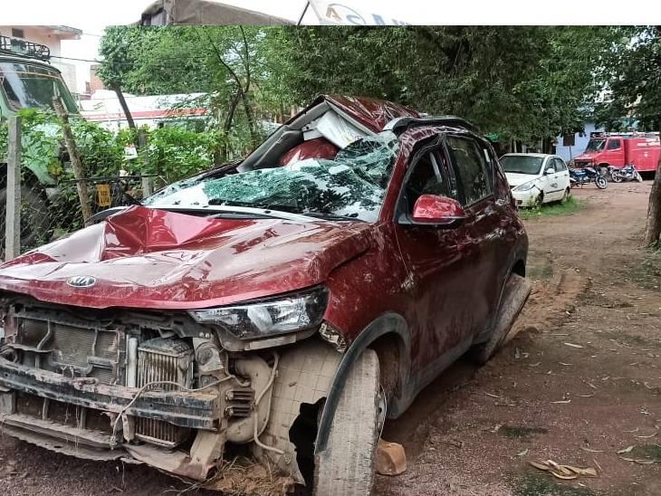 खाई में कार गिरने से रतलाम से जबलपुर जा रहे कारोबारी की मौत, देवास में युवक की कार खंती में गिरी, ड्राइवर घायल|दमोह,Damoh - Dainik Bhaskar