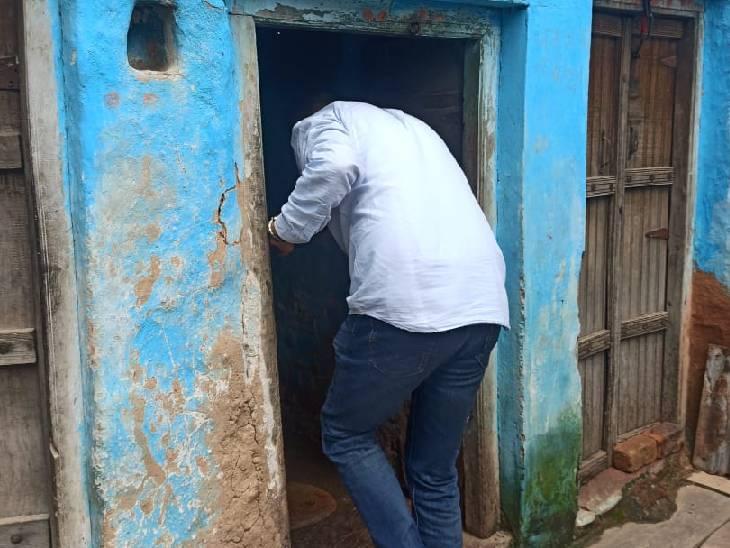 घर के अंदर लार्वा की जांच करने जाते अधिकारी।