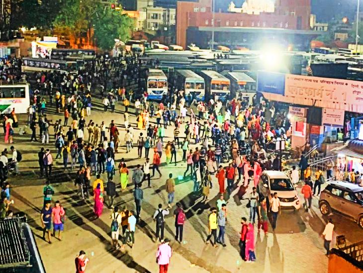 सिंधी कैंप बस स्टैंड पर जुटी भीड़।