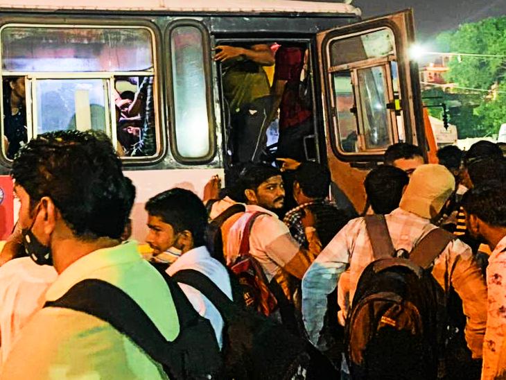 बस में जगह नहीं मिलने पर ड्राइवर को बाहर निकालकर अंदर घुसते छात्र।