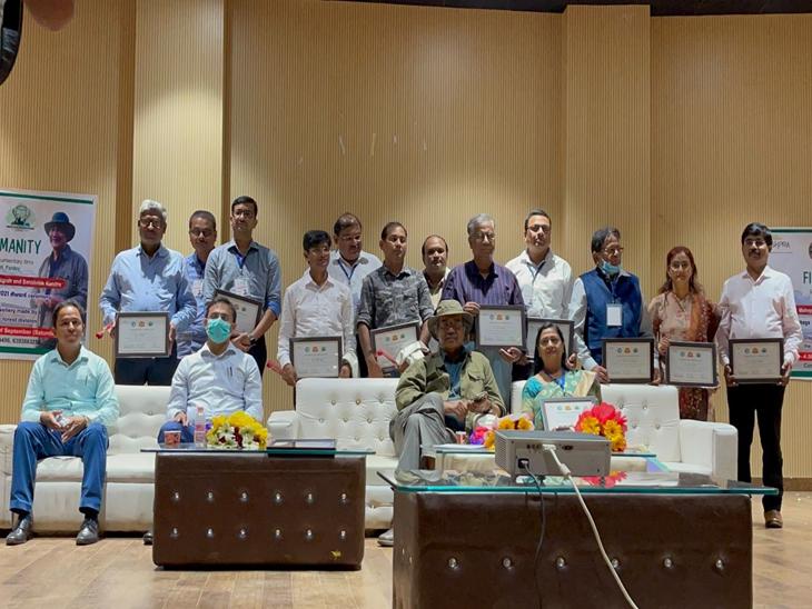 माइक हरिगोविंद पाण्डेय ने पर्यावरण संरक्षण करने वाली प्रतिभाओं का किया सम्मान, बोले- जंगल से जल और जल से ही जीवन|गोरखपुर,Gorakhpur - Dainik Bhaskar