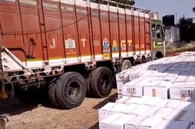 लोहारू के रास्ते राजस्थान के जोधपुर जानी थी शराब, सतनाली के पास ट्रक को पुलिस ने पकड़ा, स्कॉर्पियो से पायलेट कर रहे आरोपी फरार|रेवाड़ी,Rewari - Dainik Bhaskar