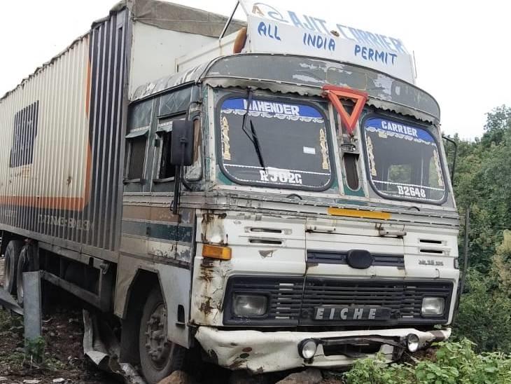 ट्रक भी हुआ हादसे का शिकार