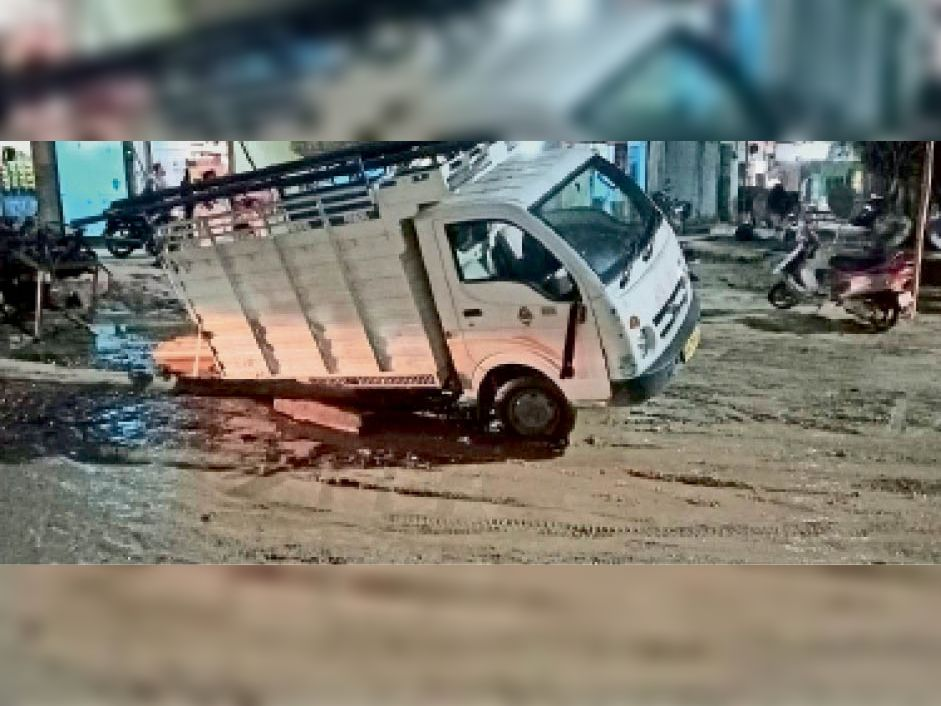 जींद. अपोलो रोड पर सड़क धंसे से फंसा वाहन। - Dainik Bhaskar