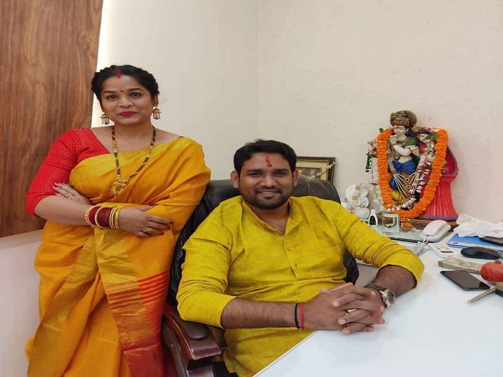 गिरफ्तार कर जेल भेजे जाने से पहले विकास सिंह और उसकी पत्नी ऋतु सिंह।