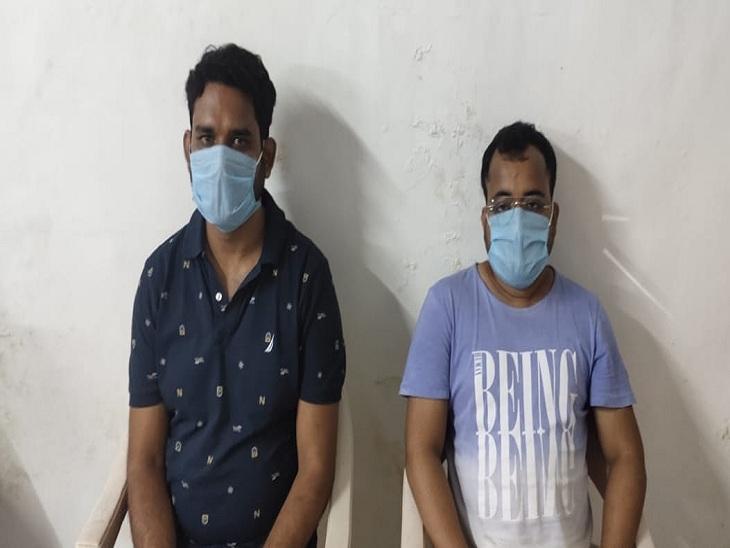 चेतगंज थाने में पुलिस कस्टडी रिमांड में विकास सिंह (बाएं) और उसका मैनेजर प्रदीप यादव। - Dainik Bhaskar
