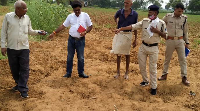 खेत पर पुरातत्व अधिकारी व पुलिस - Dainik Bhaskar