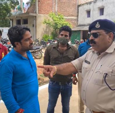 केंद्रीय मंत्री प्रहलाद पटेल के काफिले में शामिल थी गाड़ी, पुलिस ने रोका तो की बहस, नसीहत देकर निकल गया भिंड,Bhind - Dainik Bhaskar