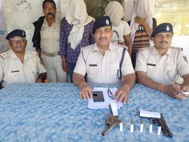 आरोपियों के साथ पुलिस। - Dainik Bhaskar