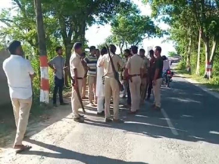 घटनास्थल पर मौजूद पुलिस। - Dainik Bhaskar