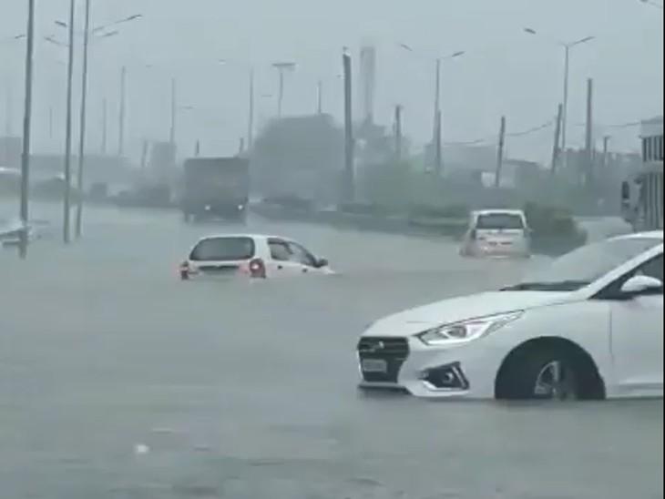 अमृतसर में शुक्रवार को हुई बारिश से जमा पानी में गाड़ियां तक डूब गईं।