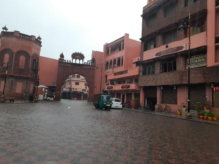 अमृतसर की हेरिटेज स्ट्रीट में शुक्रवार को जमा हुआ बारिश का पानी।