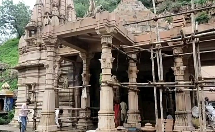 ग्रामीणों की सहायता से बनाया जा रहा है मंदिर।