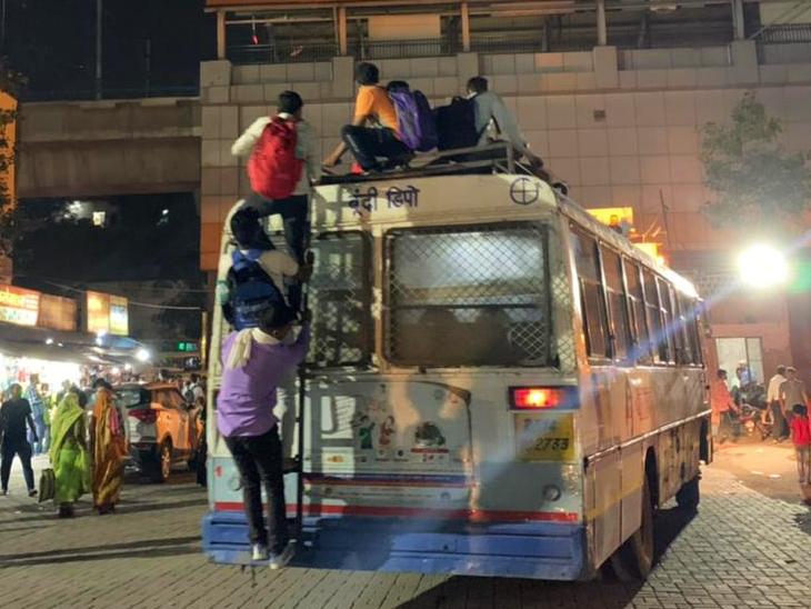 बस में जगह नहीं मिलने पर छत पर चढ़कर यात्रा करते छात्र।
