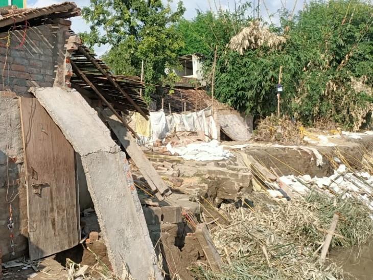 गंगा नदी में कटाव से कई घर विलीन, लोगों में दहशत, जलजमाव से बीमारी का भी डर|बिहार,Bihar - Dainik Bhaskar