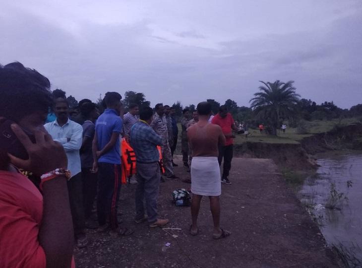 कांकेर जिले के कोरर क्षेत्र के किशनपुरी में एक ग्रामीण नदी को पार करने के दौरान पानी के तेज बहाव के साथ बह गया है। - Dainik Bhaskar