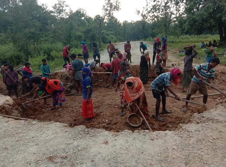 40 से ज्यादा जगहों से काटी गांगलूर-पुसनार सड़क, कहा- कैंप खुला तो जवान घुसकर ग्रामीणों को परेशान करेंगे; ASP बोले - नक्सलियों का दबाव है|जगदलपुर,Jagdalpur - Dainik Bhaskar