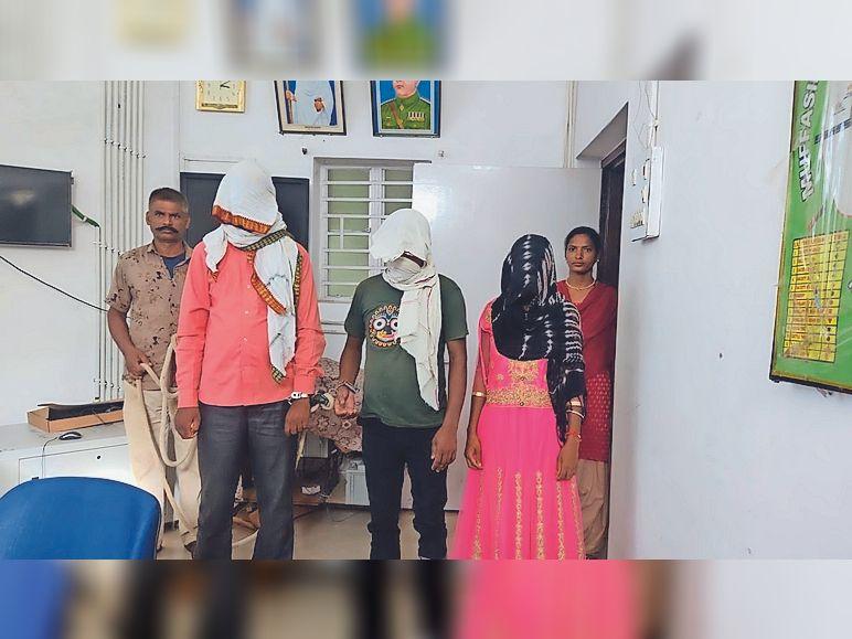 पुलिस गिरफ्त में तीनों तस्कर। - Dainik Bhaskar