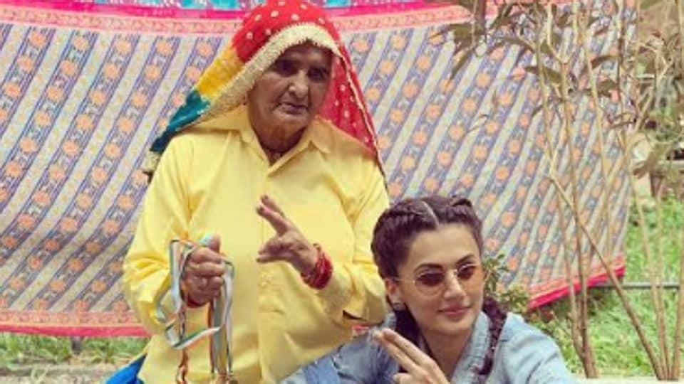 फिल्म अभिनेत्री तापसी पन्नू के साथ दादी प्रकाशी तोमर, सांड की आंख फिल्म में तापसी ने निभाया है दादी का किरदार