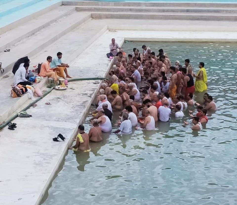 धरणीधर तालाब में श्रावणी कर्म करते लोग। - Dainik Bhaskar