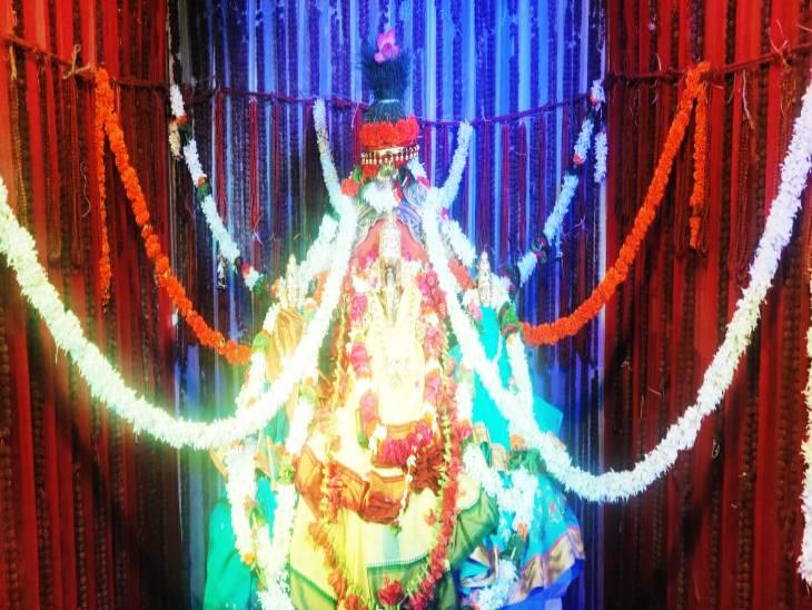 श्री राम तारक आंध्र आश्रम मंदिर में 1 लाख रुद्राक्ष से सजे पंडाल में तमिलनाडु के कुंभकोणम से वाराणसी आई पंचधातु के गणेश भगवान की प्रतिमा। - Dainik Bhaskar