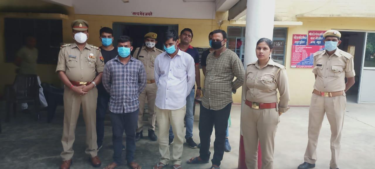 पुलिस गिरफ्त में तीनों फर्जी शिक्षक। - Dainik Bhaskar
