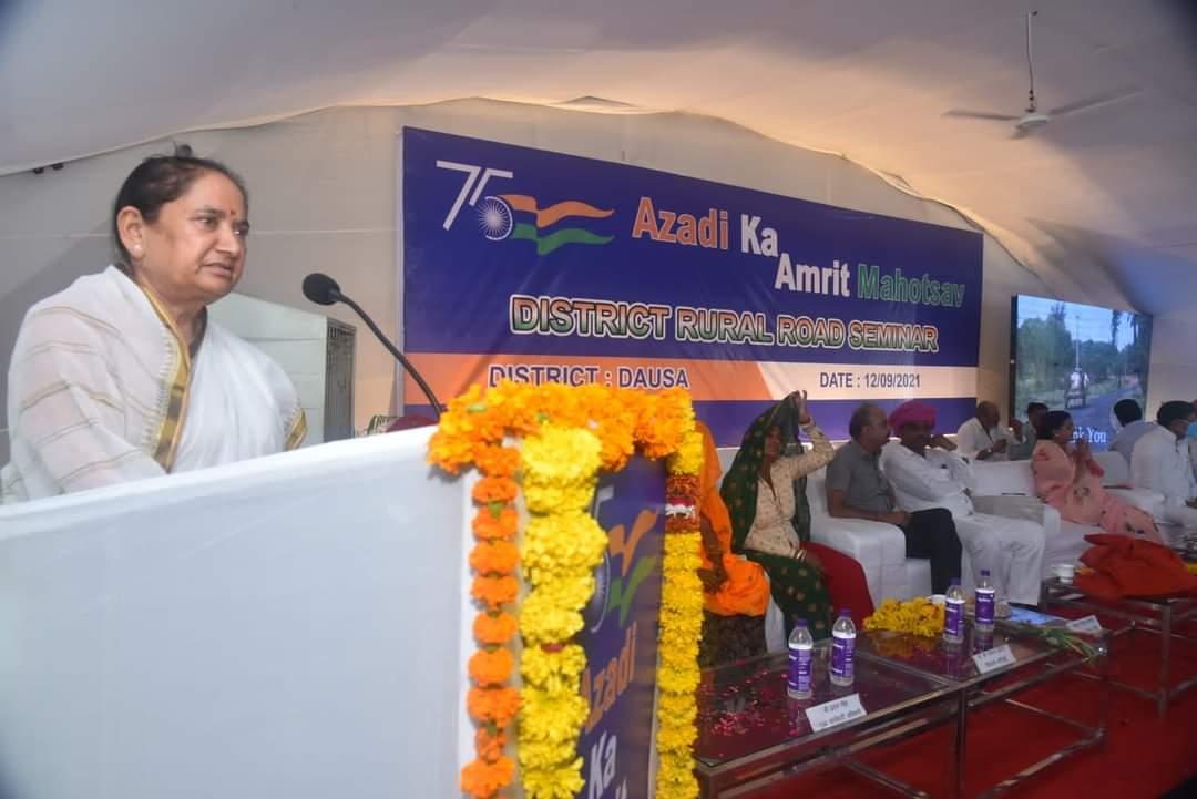 दौसा में कार्यक्रम को संबोधित करते सांसद जसकौर मीणा। - Dainik Bhaskar