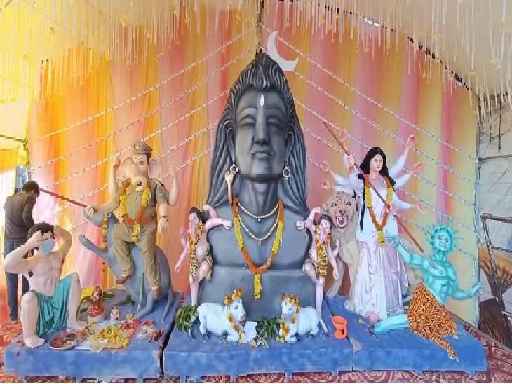 राजगढ़ के बड़ चौक में मां बिजासन उत्सव समिति की ओर से झांकी बनाई गई है। इसमें गणेशजी की प्रतिमा पुलिसकर्मी के रूप में दिखाया गया है। गणेशजी लोगों को कोरोना गाइडलाइन का पालन कराते नजर आ रहे हैं। मां दुर्गा की प्रतिमा डॉक्टर की ड्रेस में है।