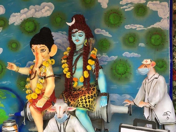 विदिशा के नंदवाना स्थित सोनकर भवन में पिछले 30 वर्षों से गणेशजी की स्थापना की जा रही है। इस साल सबसे वैक्सीन लगवाने का संदेश देती हुई प्रतिमा लगाई गई है।