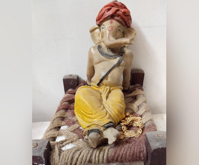 चारपाई पर आराम करते गणपति।
