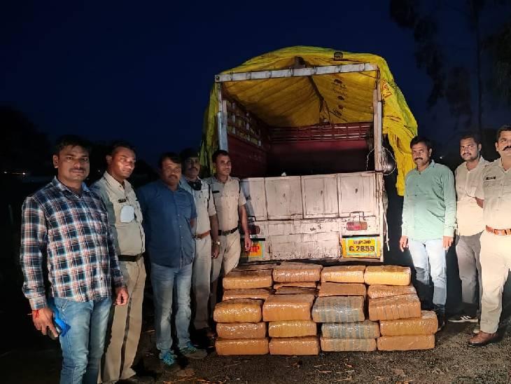 पुलिस से ड्राइवर बोला- आंध्रप्रदेश से केले भरकर आए हैं, भोपाल फल मंडी में उतारना है, बंडल खोलने पर भरा मिला गांजा|भोपाल,Bhopal - Dainik Bhaskar